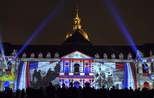 La spectaculaire animation de Bruno Seillier sur les façades immaculées de la cour d'honneur de l'hôtel des Invalides à Paris.