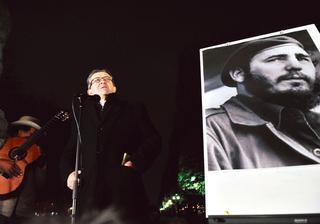 Jean-Luc Mélenchon lors d'un hommage à Fidel Castro, devant la statue de Simon Bolivar à Paris, le 26 novembre 2016, au lendemain du décès du leader cubain.