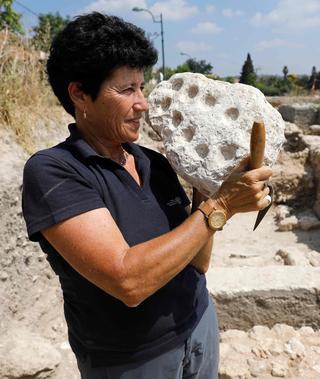 Un jeu de Mancala vieux de 1600 ans présenté par l'archéologue Alla Nagorsky.