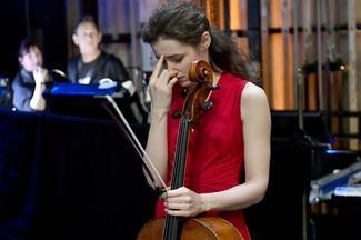 La violoncelliste Anastasia Kobekina dans les coulisses avant son concert avec l'Orchestre des jeunes de l'Oural.