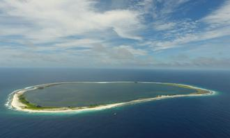 Vu du ciel, un îlot paradisiaque où flotte le drapeau français à plus de 10.000 kilomètres de la métropole.