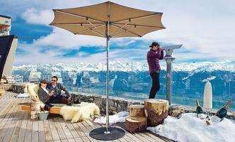 Panorama sur les Alpes depuis la terrasse du Chetzeron. Sur les pistes, à 2112 mètres d'altitude, ce bijou design de béton, de verre et de bois a été aménagé dans une ancienne gare de télécabine.