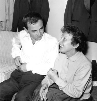 Edith Piaf venue féliciter Charles Aznavour après son spectacle à l'Alhambra à Paris le 9 octobre 1958.