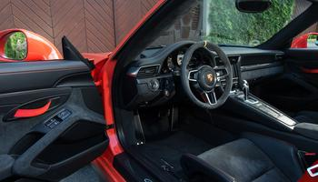 L'habitacle accueille des sièges baquets identiques à ceux de la 918 Spyder.