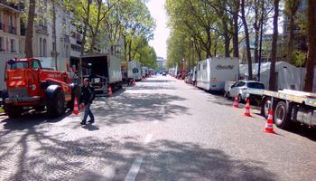 Les camions du tournage alignés avenue de Ségur.