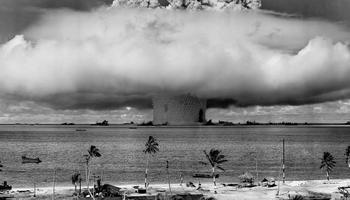 Essai nucléaire Baker sur l'atoll de Bikini en 1946.