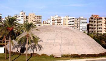 Caractéristique du travail d'Oscar Niemeyer, le dôme de 70 mètres de diamètre et de 15 mètres de haut abrite un théâtre.