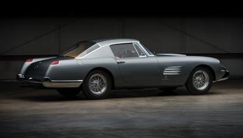 Spécificité de la 250 GT Spéciale: le pare-chocs enveloppe les ailes arrière.