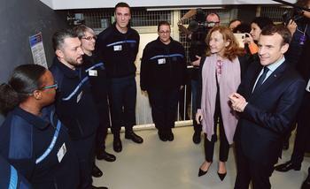 Emmanuel Macron et la ministre de la Justice, Nicole Belloubet, lors de leur visite, mardi, à l'École nationale de l'administration pénitentiaire (Enap), à Agen.