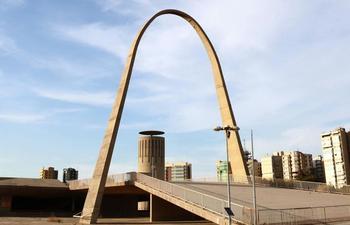L'immense arche en béton se situe au-dessus d'un amphithéâtre en plein air.