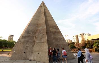 La pyramide en pierre est un monument sis dans le complexe de 70 hectares.