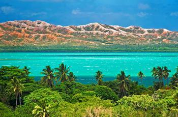 A l'extrême nord de la Grande Terre, aux environs de Poum, les collines des monts Ninndo, privées de leurs forêts primaires, se présentent nues face au lagon, dévoilant leurs courbes sensuelles et saumonées.