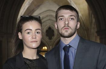 Kate James et Tom Evans souhaitent transférer leur enfant dans un hôpital à Rome.
