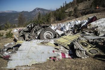 Des morceaux de l'A320 retrouvés sur les lieux du crash