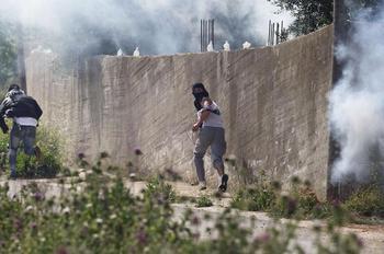 Des manifestants palestiniens font face à l'armée israélienne