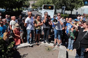 Une jeune femme, témoin des incidents à Sisco, en Corse, relatant les faits au mégaphone, le 14 août.