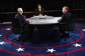 La modératrice de CBS Elaine Quijano face aux vice-présidents.