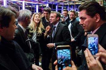 Emmanuel Macron fait quelques selfies à l'issue de son discours à l'université de Columbia, lundi 5 décembre.