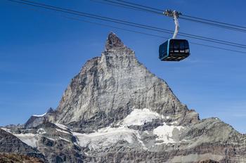 Baptisée Matterhorn Glacier Ride, la télécabine tricâble de Zermatt offre une vue plongeante des glaciers, 170 mètres plus bas