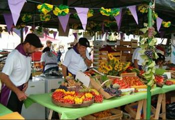 Chaque commune présente ses spécialités lors d'un grand marché.
