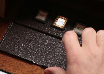 Les parlementaires peuvent voter au moyen d'un boîtier électronique. Mais ils peuvent, dans certains cas, le faire à main levée ou à la tribune.