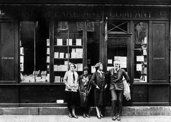 Ernest Hemingway et Sylvia Beach ( à la droite de Ernest) devant la librairie «Shakespeare and Company».