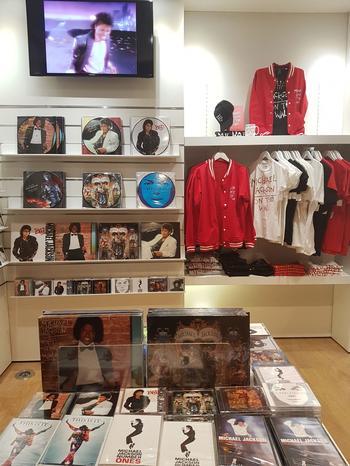 Hormis la «dinner jacket» en cuir noir constellée de cuillères, de fourchettes et de couteaux, peu de reliques de Michael Jackson dans l'expo. Les fans sont attendus au «museum shop».