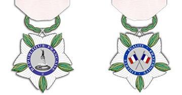 Projet de la future nouvelle «médaille nationale de reconnaissance aux victimes du terrorisme». Ce sera «une fleur à cinq pétales marqués de raies blanches, intercalée de feuilles d'olivier, suspendue à un ruban blanc.