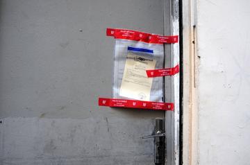 Un scellé sur la porte du Bataclan.