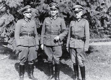 En 1943, Walter Hallstein (à droite) est officier instructeur national-socialiste auprès des troupes de la Wehrmacht. Mission de la NSFO: s'assurer de la volonté des soldats allemands de se battre jusqu'à la mort pour le Führer.