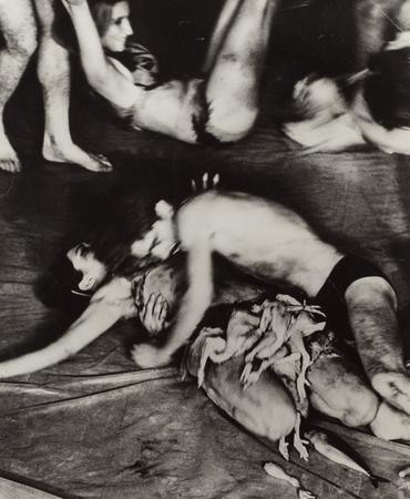 «Meat Joy», 1964, Carolee Schneemann, signé, titré et daté sur l'endroit, silver print. Photo credit Al Giese (60.3 x 51.4 cm).