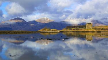 Écosse: sur une magnifique route des Highlands en voiture de sport