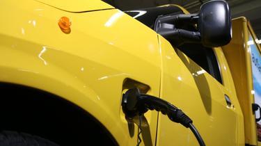 Les voitures électriques ou hybrides reviennent moins chères