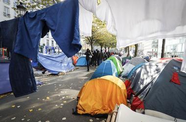 Depuis quelques jours, 2000 à 2500 migrants se sont installés dans le quartier de Stalingrad, à Paris.