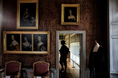 Des portraits de dames dans la chambre du comte.