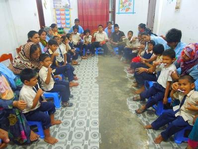 Dans cette école, les enfants apprennent aussi les gestes du quotidien.