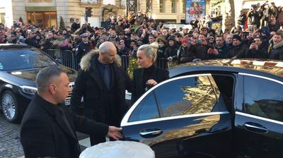 Laeticia Hallyday descend de la voiture devant la Madeleine.