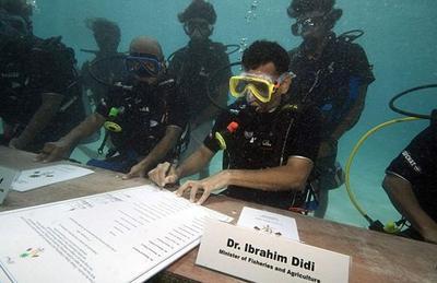 En 2009, le président des Maldives, Mohamed Nasheed, a tenu avec son cabinet le tout premier conseil des ministres immergé de l'Histoire.