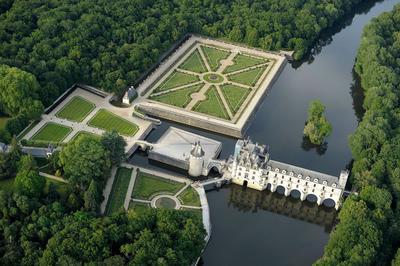 Vue aérienne du château de Chenonceau qui enjambe le Cher. Photo: J. Damase - CRT Centre-Val de Loire