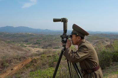 Le lieutenant-colonel Park surveille la ligne frontièreséparant les deux Corées depuis son nid d'aigle sur la DMZ, près de Kaesong.