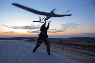 Des drones ont été utilisés pour localiser des positions de l'Etat islamique près de Mossoul. Reportage sur les forces spéciales françaises, décembre 2016.