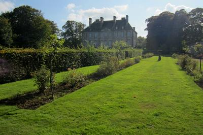 Le parc du château de Carneville, ouvert au public, est composé d'une succession de jardins à la française mais aussi aux influences anglaises et asiatiques.