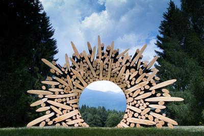 Cet assemblage de branches, rond comme un soleil, qui semble surgir de la montagne pour encadrer l'horizon a été conçu par l'artiste coréen Jaehyo Lee,