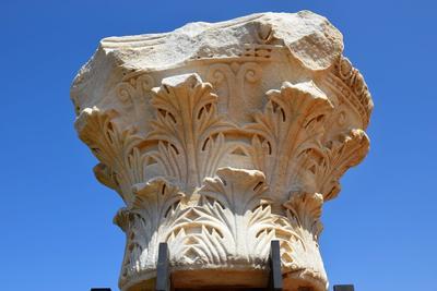 Feuilles d'acanthe sculptées sur un chapiteau antique de style corinthien.