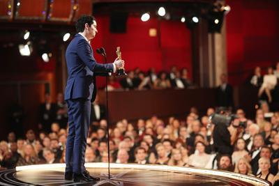 Damien Chazelle récupérant son prix de meilleur réalisateur