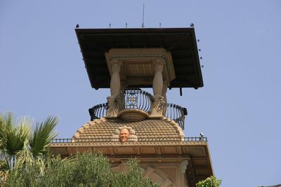 La tourelle de la villa avec un masque de Grock encastré dans la toiture dorée.