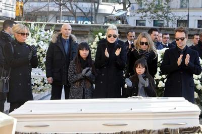 Brigitte Macron, au côté de Laeticia Hallyday et de ses filles Jade et Joy, Laura Smet et David Hallyday.