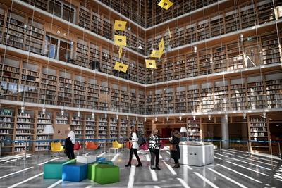 La nouvelle bibliothèque s'étend sur 22.000 m2. Elle pourra désormais fournir livres et revues électroniques et, pour la première fois, prêter une sélection d'ouvrages aux lecteurs.