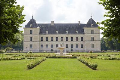 Le château vu depuis le parterre Ouest et sa fontaine, restauré en 2016 par Laure Quoniam.