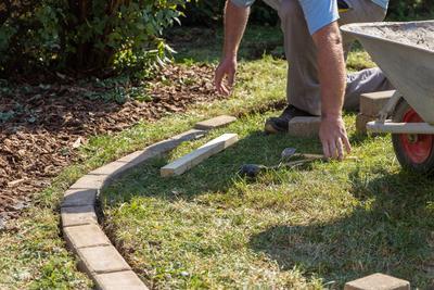 Une bordure permet de délimiter la pelouse d'un massif.